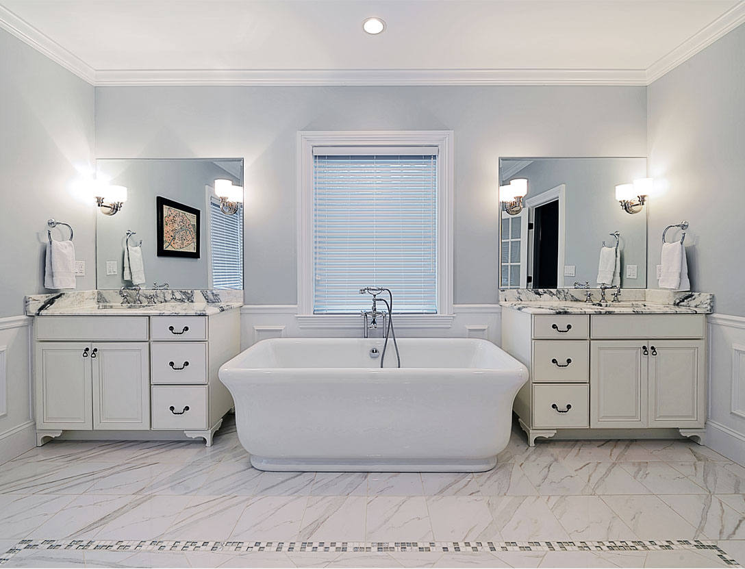 Large bathroom with decorative wall feature